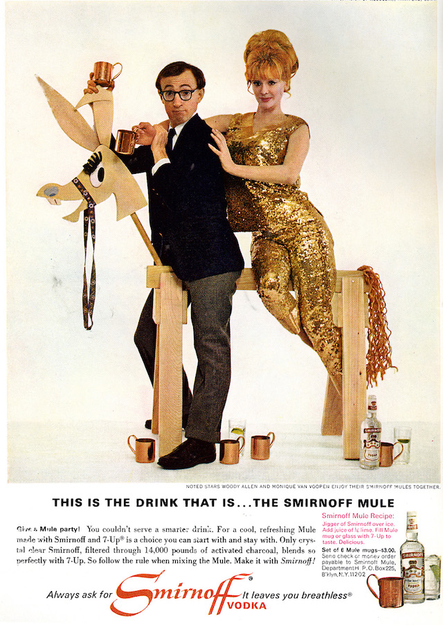 Woody Allen e Monique Van Vooren, testimonial di questa pagina Smirnoff Mule. Notare l'esplicito cross-selling per la vendita diretta delle mug in rame.